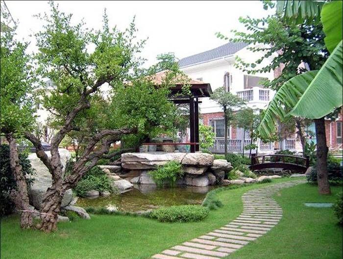 在别墅花园设计中对协调的应用极为广泛,而表现也是多方面的。花园与景物之间相互协调就必然有一定的联系,而且含有共同的因素或者是相同的属性。 协调针对景物而言是多样的,景物或景物的构造、形状或大小、排列的改变也会发生一定的变化。当别墅花园设计的组成部分重复出现,如果是在相似的基础上发生变化,就会给人一种协调感,这种协调感会在人们浅意识中留下基本印象。从形状方面而言,例如说方形与长方形的变化,圆形与椭圆形的变化都是一种近似的协调。 一个别墅花园设计景观,如果将自然景观功能效果和园外的和谐程度,三者之间相互结合就